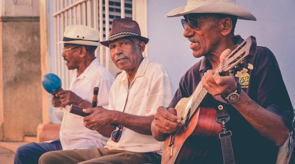 Мужчины играют испанскую музыку